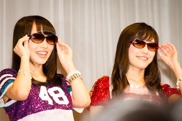 「AKB48 サングラス選抜」向井地美音と渡辺麻友。サングラスは、BCPC(ベセペセ)と MUGUET(ミューゲ)。 【クリックして拡大】