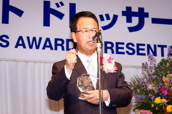 「第27回日本 メガネ ベストドレッサー賞」の授賞式で、受賞の喜びを語る甘利 明 経済再生担当大臣。 【クリックして拡大】