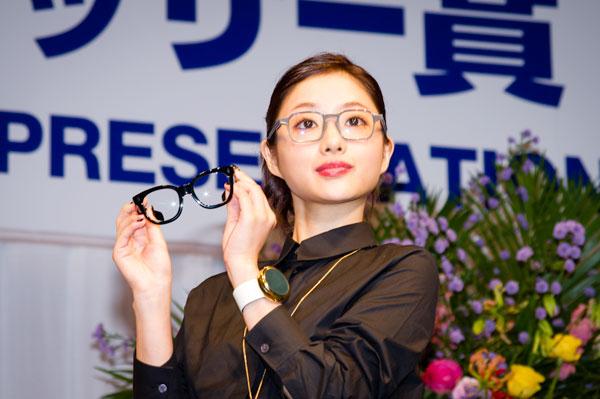 石原さとみさんが手にしているのは、河和田のメガネフレーム 晴嵐-13。掛けているメガネは私物。 【クリックして拡大】