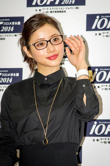 メガネのサイドにあしらわれたパールモチーフが、女性らしさを演出。 【クリックして拡大】