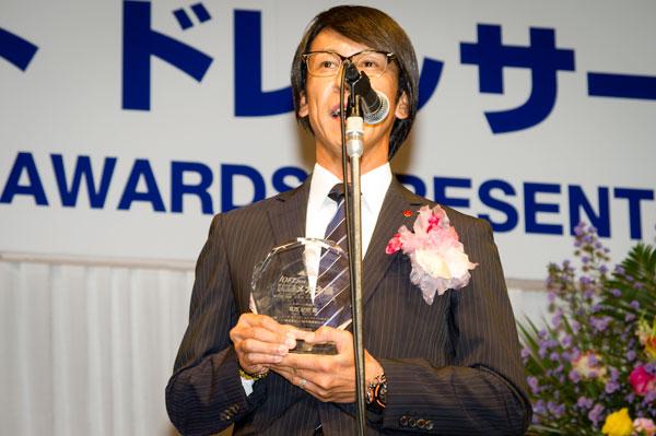 受賞の喜びを語る葛西紀明氏。掛けているメガネは、999.9(フォーナインズ)の M-27 カラー:6023。 【クリックして拡大】