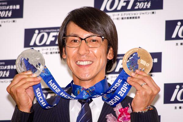 表彰式終了後のフォトセッションには、2つのメダルを手に登場。掛けているメガネは、こちらも 999.9(フォーナインズ)の M-27 カラー:6023。 lang=