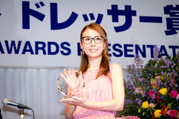 受賞のトロフィーを手に、笑顔を向ける May J.。 lang=