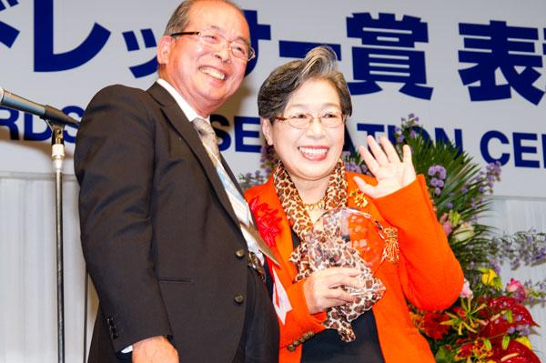 受賞のトロフィーを手に、笑顔を見せる荻原博子氏。 【クリックして拡大】