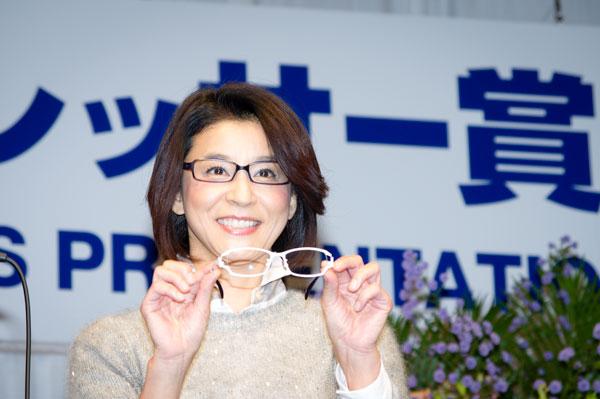 高嶋ちさ子さんが手にしている白いメガネは、Lifey:e LF-525 C-4。 【クリックして拡大】