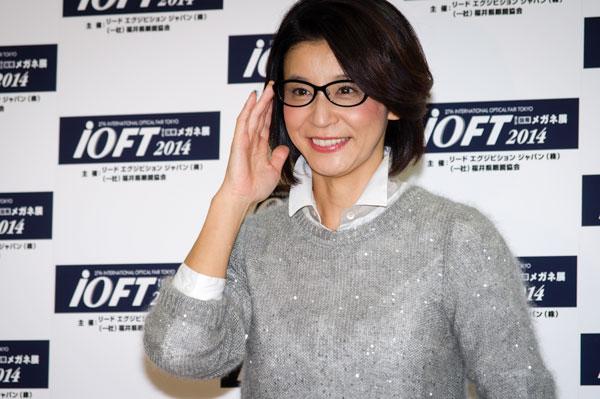 表彰式のあとにおこなわれたフォトセッションでの一コマ。高嶋ちさ子さんが掛けているメガネは、HAMAMOTO HT-522。 lang=