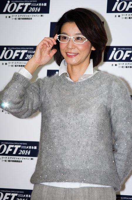 高嶋ちさ子さんが掛けているメガネは、Lifey:e LF-525 C-4。白いフレームをサラッと掛けこなしているのは、メガネ ベストドレッサー賞にふさわしい。 【クリックして拡大】
