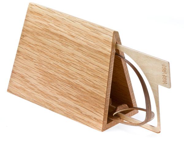 KRAA KRAA(クラークラー)「Nestor(ネスター)」に付属するメガネケースも、もちろん木製。通常のメガネのように折りたためないことを逆手にとったかのようなデザインが見事。 image by INOCO 【クリックして拡大】