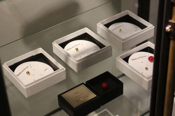 恵比寿に店舗とアトリエをかまえる「tmh.」の、18Kやガラスを使用したピアスやピンなども展開。 image by Continuer 【クリックして拡大】