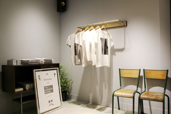 店内に設けられたマルチスペース。現在は、オープニング記念に制作されたTシャツを展開中。今後は、ジャンルレスに The PARKSIDE ROOM ならではの企画が実施される。 image by Continuer 【クリックして拡大】