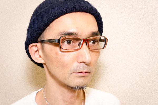 Fascino Ribelle (ファッシノ リベッレ) F14/026 を筆者が掛けてみたところ。 メガネとしての存在感がありながら、顔にスッキリとなじむ絶妙な仕上がり。【クリックまたはタップで拡大】