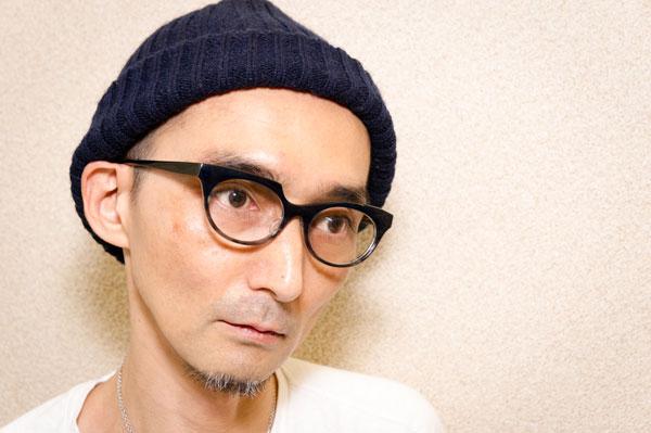 PADMA IMAGE(パドマイメージ)「shichi-san」カラー:68 ブルー / グレーを筆者が掛けてみたところ。 非対称なのに、掛けてみるとさり気なくおしゃれに掛けられるのスゴい。 【クリックまたはタップで拡大】