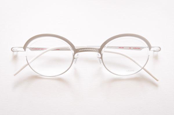 Y CONCEPT(ワイ コンセプト)LS203 カラー:006 クラシックな丸メガネもカッコいいが、こんなテイストも大いにアリ。 左右のレンズをつなぐブリッジには、「Y」をかたどった模様が施されている。 【クリックまたはタップで拡大】