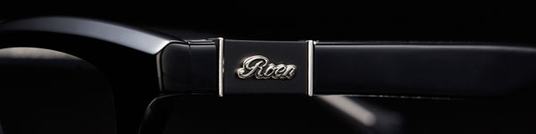 シルバー925製の Roen(ロエン)ロゴプレートは、いぶし加工を施した重厚感あるデザインが魅力。 image by OWNDAYS 【クリックまたはタップで拡大】