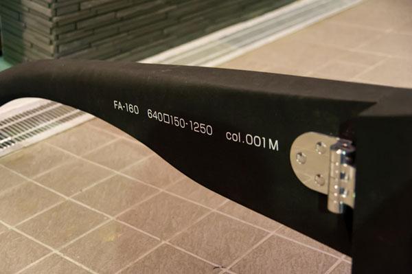 左テンプル(つる)内側には、「640□150-1250」とサイズが表記されている。この数字から10倍の大きさで作られていることが分かる。 【クリックまたはタップで拡大】