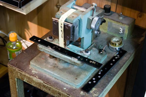 かつて福井の自社工場で使われていた器械を使い、受け取り時に目の前でフレームに刻印が入れられる。 【クリックまたはタップで拡大】