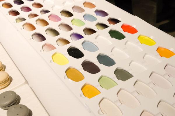 カラーサンプルが入ったケースは、福井の自社工場でフレームの素材アセテートを使って作られたもの。「ここまでやるか!」というほどのこだわりが、FACTORY900(ファクトリー900)らしい。 【クリックまたはタップで拡大】