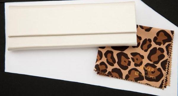 美メガネ AbbellireII(アベリーレII)には、折りたためるケースが付属。GINGER コラボモデルのメガネ拭きは、限定のレオパード柄。 image by メガネスーパー