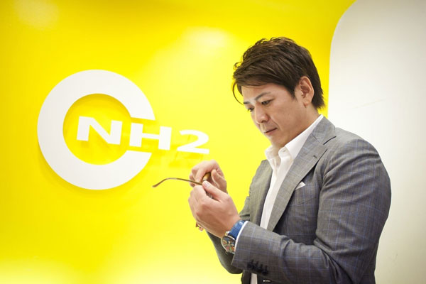 東京・恵比寿のメガネ店 NH2(エヌエイチツー) のオーナーで、eyebrella(アイブレラ)のプロデューサーを務める高本尚紀氏。eyebrella(アイブレラ)のデザインには、10,000人以上のサングラスをフィッティングしてきた高本氏の経験とノウハウが活かされている。 image by SUPLUS 【拡大】