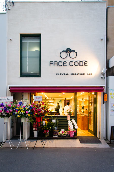 FACE CODE(フェイス コード)の外観。メガネのマークやフォントもおしゃれ。