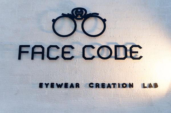 「EYEWEAR CREATION LAB」と書かれてある通り、店内にはオーダーメイドフレームを作る工房を併設。 【拡大】