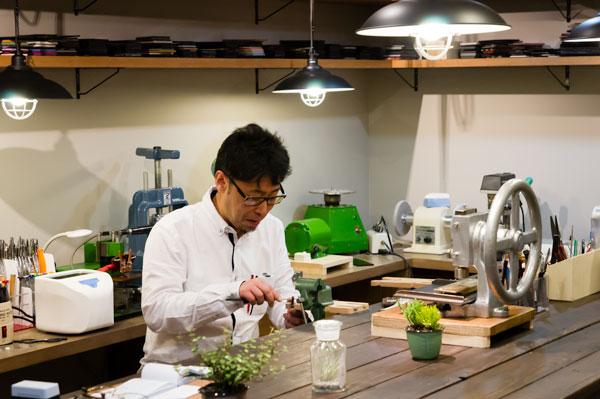 店内の工房でメガネを作る富田尚一さん。FACE CODE(フェイス コード)では、フレームのオーダーメイドが可能。世界でひとつだけのメガネを手に入れることができる。 【拡大】