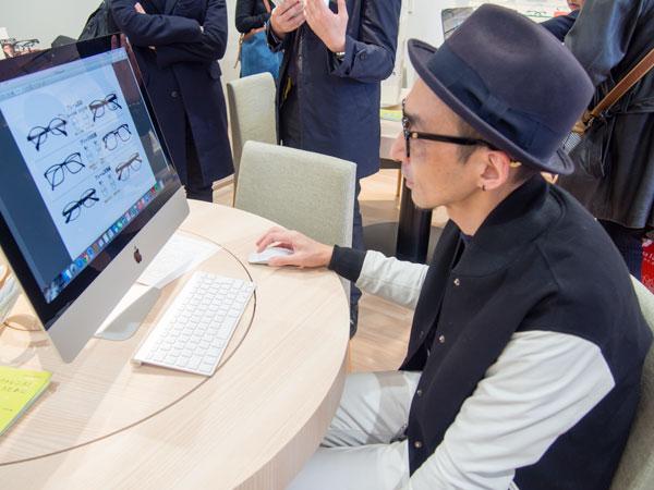 パソコンの中には、眼とメガネについての情報やノウハウがギッシリ。 【拡大】