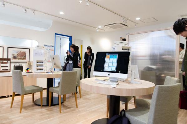 店内中央には、大きな丸いテーブルが2つ。 【拡大】