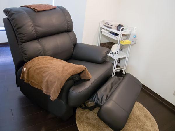「リラクゼーションルーム」では、眼精疲労の改善に有効なマッサージを受けられる。視力検査前には無料で受けられるほか、有料でのサービスも実施。 【拡大】