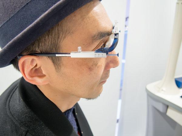 「3Dフィッター」で測定した顔のサイズは、フレーム選びやフィッティング(調整)に活かされる。 【拡大】