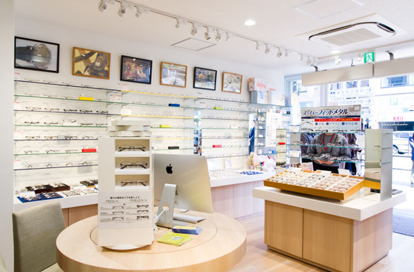 DOCK by meganeSUPER(ドック バイ メガネスーパー)では、店頭に並んだ商品のほか、メガネスーパーグループ全店舗のフレーム約30,000種類を、店内ディスプレイを使って選ぶことができる。 【拡大】