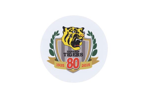「阪神タイガース×クーレンズAVENTURA」球団創設80周年記念モデルに付属のメガネ拭きには、球団創立80周年記念ロゴマークのプリント入り。 【拡大】