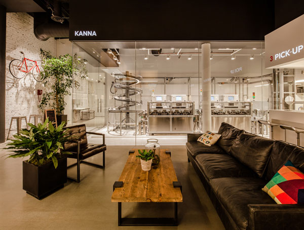 JINS Union Square は、アメリカ西海岸の風を感じさせるかのようなインテリア。店内には、レンズ自動加工機「KANNA(カンナ)」が設置される。