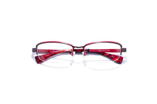 ATTRACT(アトラクト)ATT1603 カラーBWI 参考価格:43,000円(税別) 赤と黒とのコントラストがたまらなくカッコいい。柔らかさとシャープさとのバランスも絶妙。