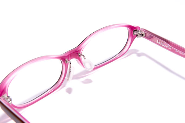 """透け感あるピンクの""""裏地""""が、目もとを明るく華やかに彩って、女性らしさをプラス。 やさしく包み込むような掛け心地も相まって、まさに女性のきれいの素が詰まったメガネフレーム。 おしゃれで着心地のいい洋服のように、つい掛けたくなってしまうはず。"""