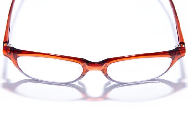 単に薄さと軽さを追求するのではなく、サイドやブリッジには厚みを残し、メガネとしての強度をしっかりと保っているので安心。