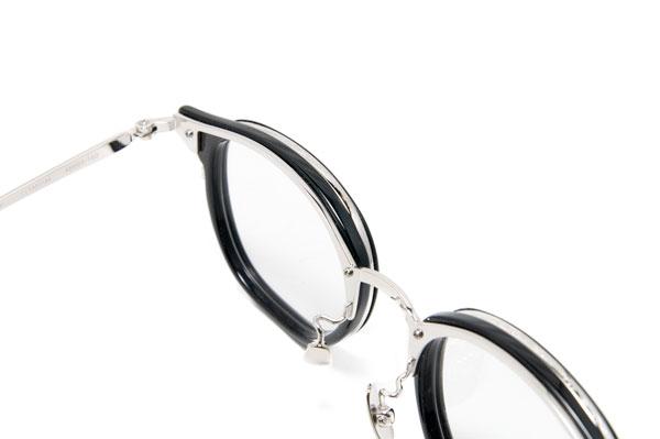 セルロイドのリム(ふち)をメタルで囲った「インナーリム」は、クラシカルなメガネのモチーフのひとつ。しかし、これだけ手の込んだデザインは、他では見られない。また、鼻パッドがチタン製なのも、こだわりポイント。