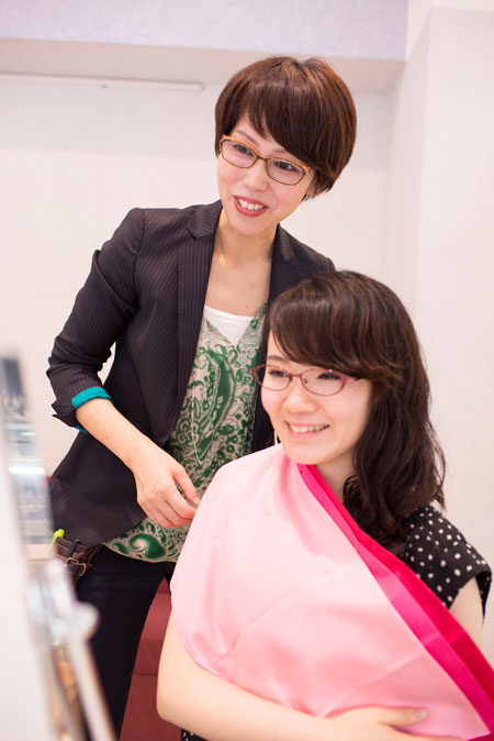 和真 新宿レディース店の社員スタッフは、和真独自の「ファッションアドバイザー資格」を全員が取得。きめ細やかなカウンセリングを提供している。