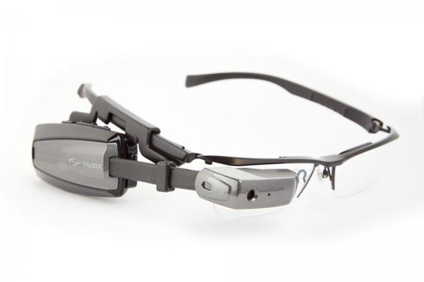 M100スマートグラス用メガネ 参考価格:12,000円(税抜) M100スマートグラス(参考価格:120,000円・税抜)は左右どちらにも付けられるほか、前後にスライドして位置を調整可能。 また、通常のメガネとしても違和感なく使えそうなデザインなのがうれしい。