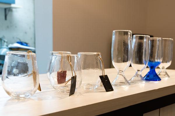 Fascino Ribelle (ファッシノ リベッレ)のデザイナー山口氏がデザインしたビアグラス(左)と、FACTORY900(ファクトリー900)のデザイナー青山氏がデザインしたビアグラス(右)。
