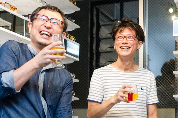 自身がデザインしたグラスでビールを飲みながらトークを展開。