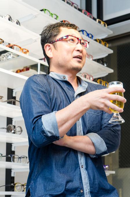 ビールだけでなく日本酒も好きだという青山氏は、裏返すと「ぐい呑み」になる「2度おいしい」グラスをデザイン。FACTORY900(ファクトリー900)のフレームを思わせる持ち手の太さも印象的。