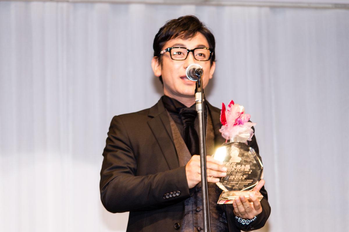 受賞のよろこびを語る片岡愛之助。掛けているメガネは、KANSAI YAMAMOTO(カンサイ・ヤマモト)KY7004-4。