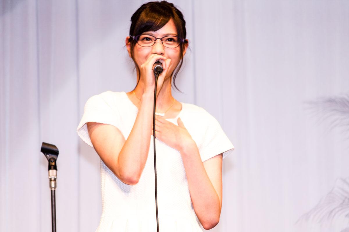 西野七瀬が中2のとき作った初めてのメガネも赤いフレームだったという。