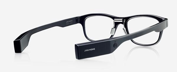 JINS MEME ES は、まばたきや視線の動きを検知する JINS(ジンズ)が独自に開発した3点式眼電位センサー(特許取得済み)をフロントに、カラダの動きを検知する6軸センサー(加速度・ジャイロセンサー)をテンプル(つる)に搭載。