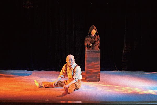 「賢治の会」第15回公演「注文の多い料理店」より。 「賢治の会」は、宮沢賢治の作品を原作に忠実に演出、上演することで、地元文化の発展に努めるために結成。語り・歌・芝居を交えた公演活動を年一度のペースで続けている。