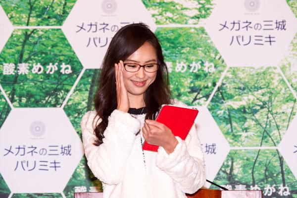 「酸素めがね」は、見た目には普通のメガネと変わらないので、気負わず自然に掛けられる。