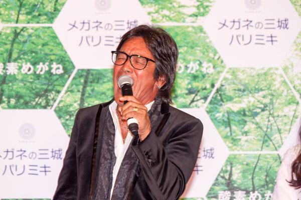 11月5日(木)に行われたプレス発表会には、歌手の松崎しげるさんが登場。「酸素めがね」を掛け、代表曲「愛のメモリー」の替え歌「eyeのメモリー」を熱唱。