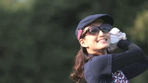 アイブレラ プラスのようなオーバーサングラスは、ゴルフなどスポーツ時にも快適。 image by SUPLUS