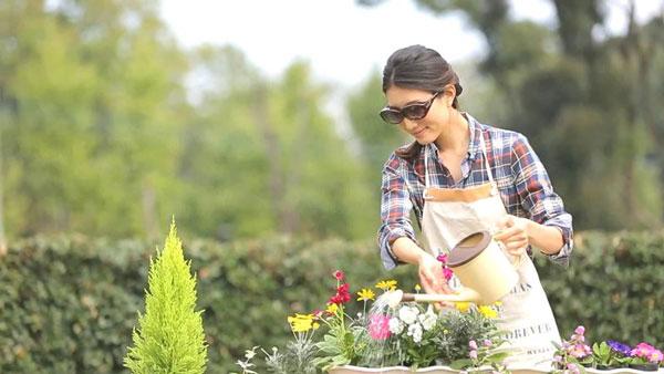 ガーデニングなど屋外で作業するときにも、アイブレラ プラスは便利。女性が違和感なく掛けられるデザインなので、普段の生活に採り入れやすい。 image by SUPLUS
